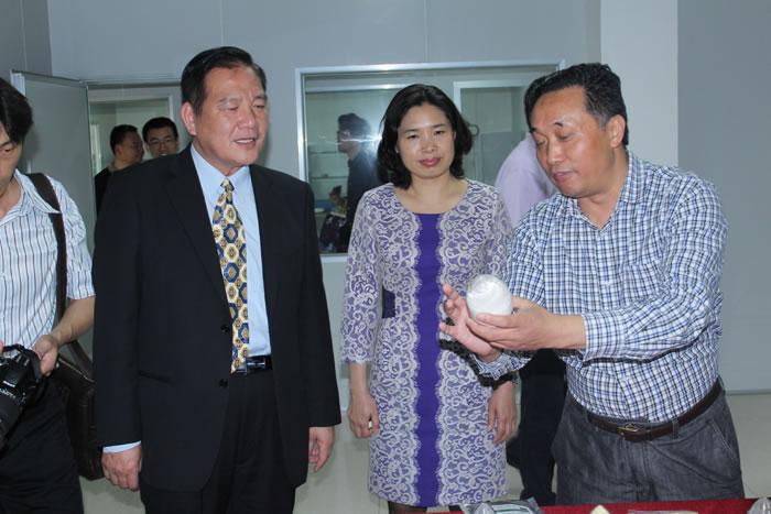 台湾新竹市市长在京山县领导的陪同下来到亚博app官网公司参观